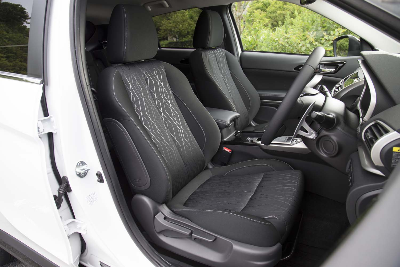 シートの表皮はファブリック。オプションで、電動調節機構を持つ本革シート(22万6800円)も用意される。