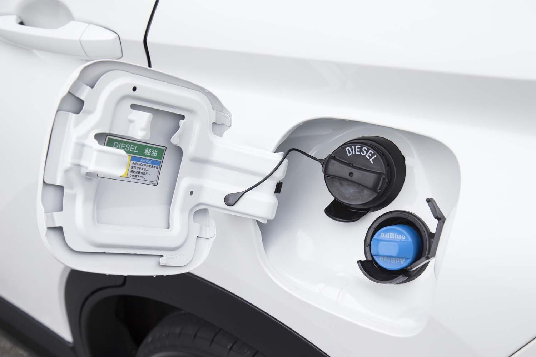 給油口のそばには、排ガスの浄化に用いられる尿素水溶液「AdBlue」の投入口が設けられている(写真の青いキャップ)。
