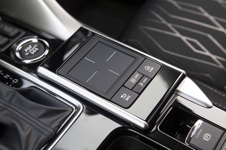 センターコンソールには、タッチパッドを装備。運転姿勢を変えることなくインフォテインメントシステムが操作できる。