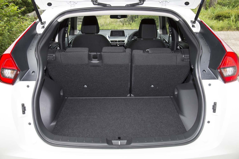 荷室の容量は、5人乗車時で341~448リッター。後席の前後スライドにより変化する。