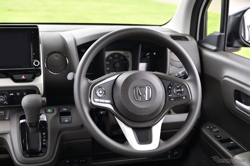 軽自動車としては珍しいステアリングチルト&テレスコピックを装備