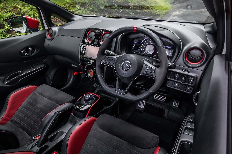 インテリアデザインは標準モデルと大きく変わらないが、エアコンの吹き出し口やシフトベースに赤の加飾が施されレーシーな雰囲気に。車速感応式電動パワーステアリングは、専用チューンされている。