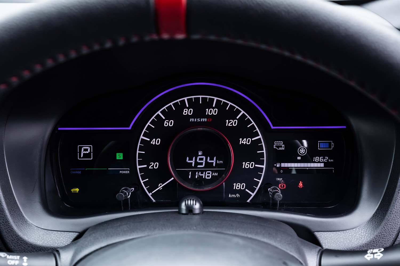 「e-POWER NISMO」専用となるファインビジョンメーターを採用。従来「km/h」の文字があった位置に入れられた「nismo」のロゴと、赤い加飾のメーターリングが、ノーマルモデルとの差異点となる。