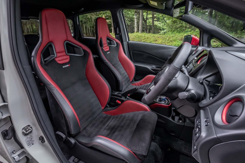 前席用のレカロシート(オプション)。ヘッドレストやサイドサポート部分に、NISMOのイメージカラーであるレッドを採用している。スエード調のシート表皮は見た目だけではなく、体の滑りを防止する役割も担っている。