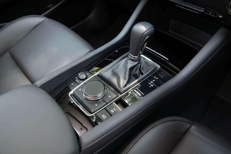 シフトセレクターのまわりにはドライブモードの切り替えスイッチなどがレイアウトされる。ステアリングスイッチやエアコンのスイッチなども含めて、操作したときの触感を人間が心地よく感じるものに統一したとマツダは説明している。