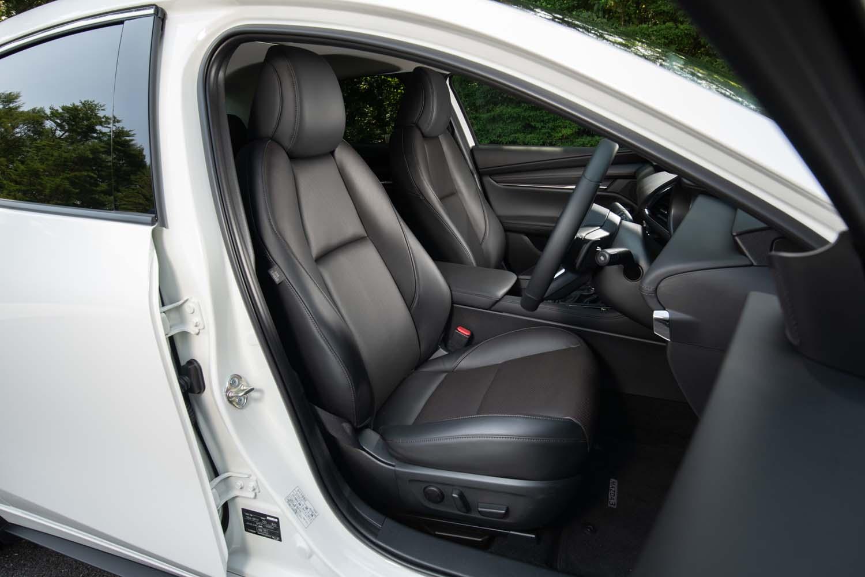 脊柱のS字カーブを維持したまま座れる形状にこだわったというフロントシート。電動調整機構は標準で備わる。
