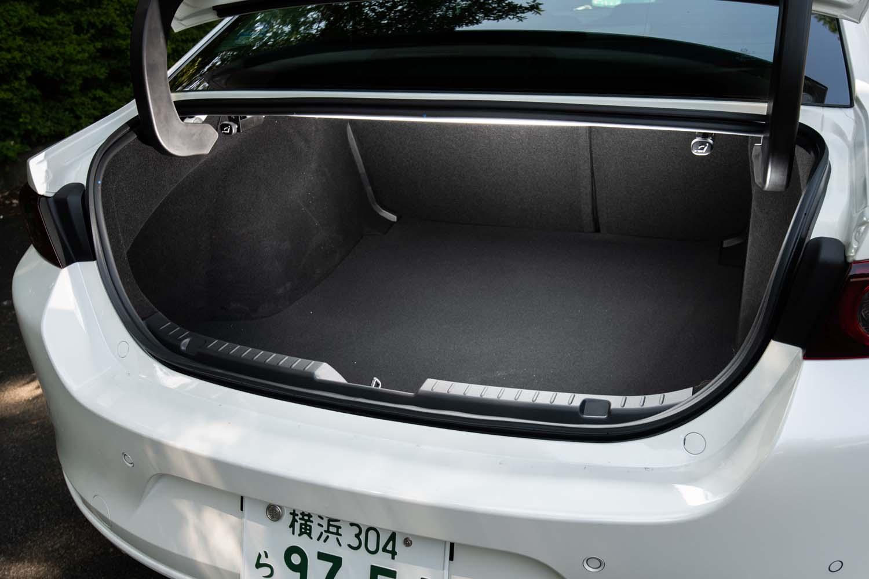 容量67リッターのスーツケースを3個、または9インチのゴルフバッグを2個収納できるとされるトランクルーム。