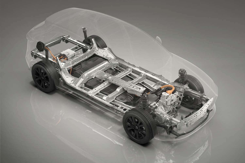 新型EVのベアシャシー。フロントのモーターやインバーター、DCDCコンバーターはコンパクトに一体化されている。