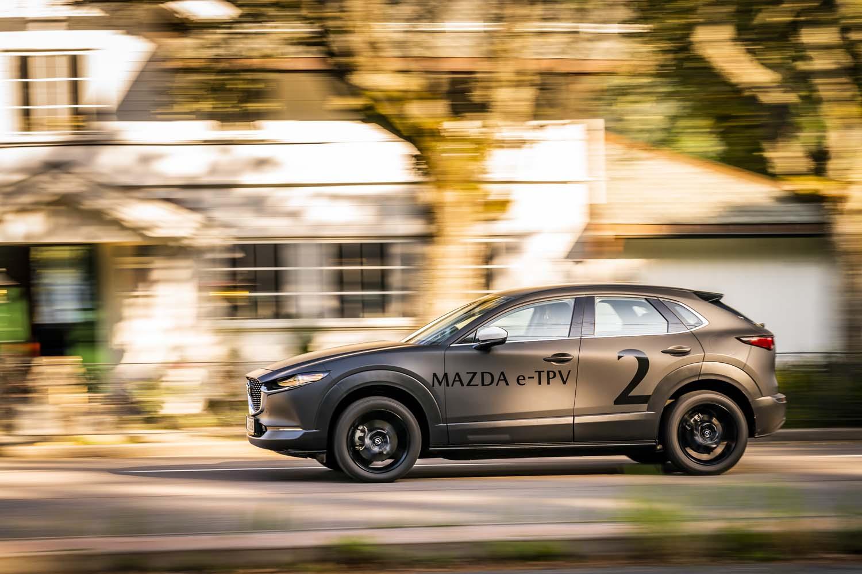マツダは今回の試乗車をTECHNOLOGY PROVE-OUT VEHICLE(技術試作車両)と呼んでいる。ボディーサイドに見られる「e-TPV」は、その略称。