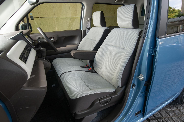 """標準車に備わるアイボリーとブラウンのシート。インテリアでは、床面の高さを上げてサイドシルとの段差を抑えることで、(エンジニア氏いわく「カーペットを敷くことで""""ツライチ""""になる」とのこと)乗降性も改善している。"""