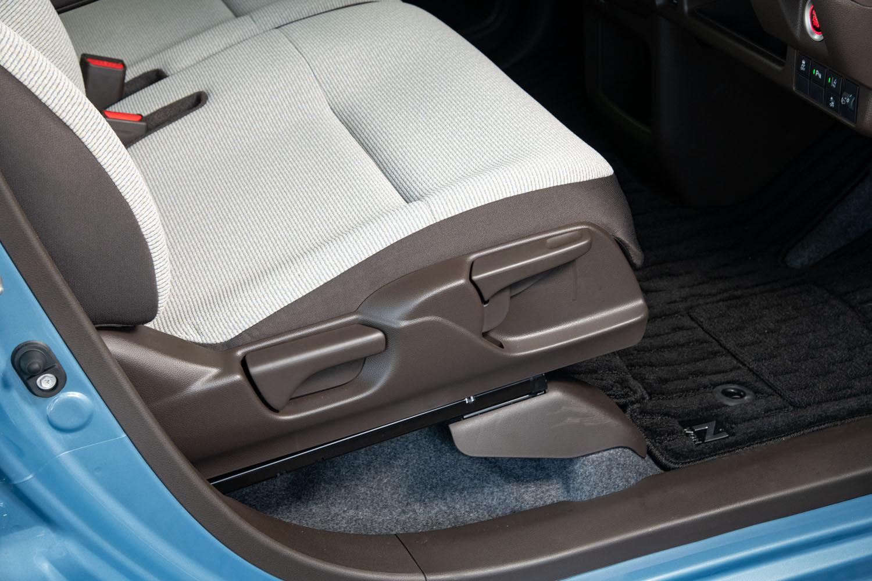 運転席にはスライドおよびリクライニング機構に加え、調整幅50mmのシートハイトアジャスターも装備されている。