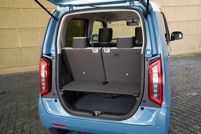 荷室は耐荷重50kgのフロアボードで上下に2分割。荷室側からでもシートのスライドや格納ができるよう、工夫がなされている。