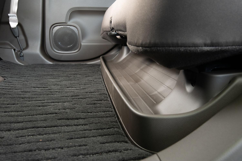 初代にもあった、リアシート座面下の収納トレー。新型では洗いやすいよう取り外しが可能となった。