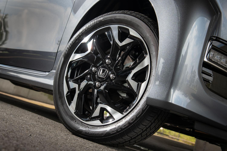 タイヤサイズは155/65R14が主で、「カスタム」のターボ車のみ、写真の15インチアルミホイールと165/55R15サイズのタイヤの組み合わせとなる。
