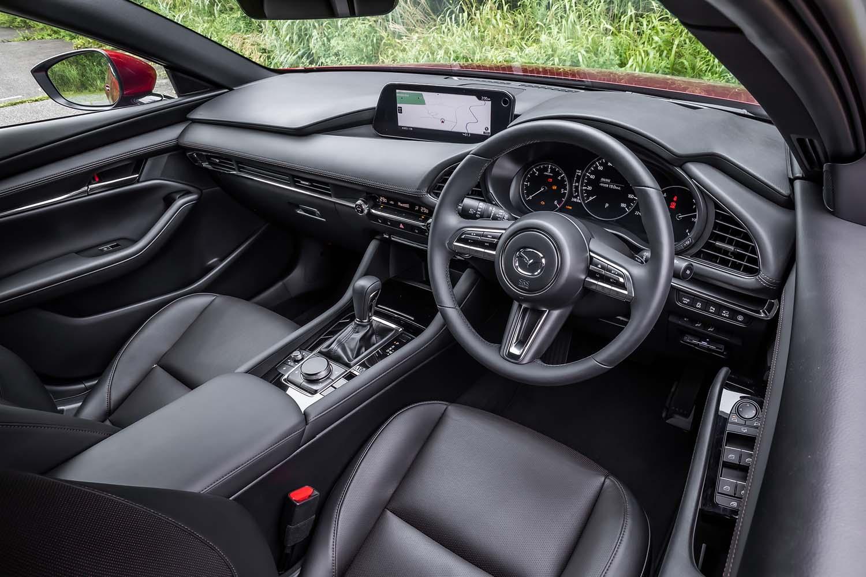 シンプルながら立体感のある、マツダの現行モデル各車に共通するテイストでデザインされたインテリア。テレスコピックの調整幅は前後に70mmもあり、適切なドライビングポジションが得られるよう配慮されている。