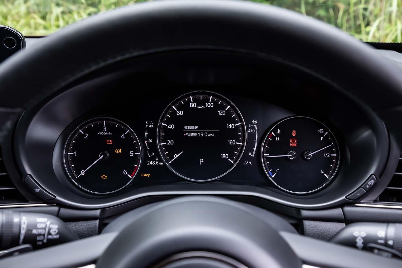 一見、機械式に見える3連メーターは、中央部が液晶ディスプレイになっている。カラー仕様の「アダプティブドライビングディスプレイ」と呼ばれるヘッドアップディスプレイが、全車に標準装備されている。