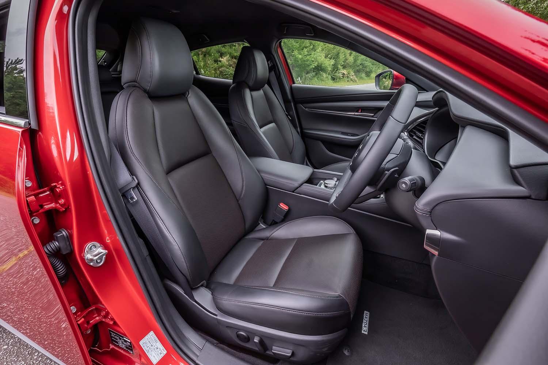 脊柱のS字カーブに沿った形状で設計されたというフロントシート。「Lパッケージ」グレードの運転席には、ドライビングポジションメモリー機能付きの10ウェイパワーシートが装備されている。