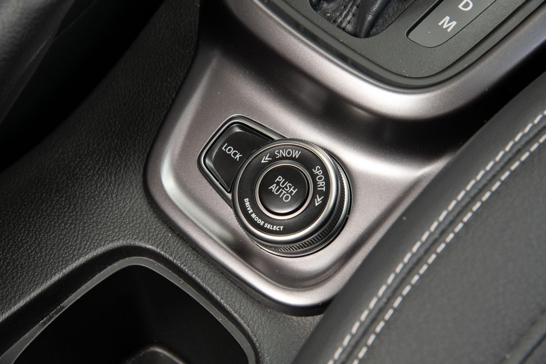 """「エスクード」の4WDシステムには、前後軸の直結モードや、""""対角線スタック""""におちいった際などに重宝するブレーキ制御式の疑似LSD機能などが備わっている。このクラスの、この価格帯のSUVでここまで充実した4WDシステムを持つクルマは珍しい。"""