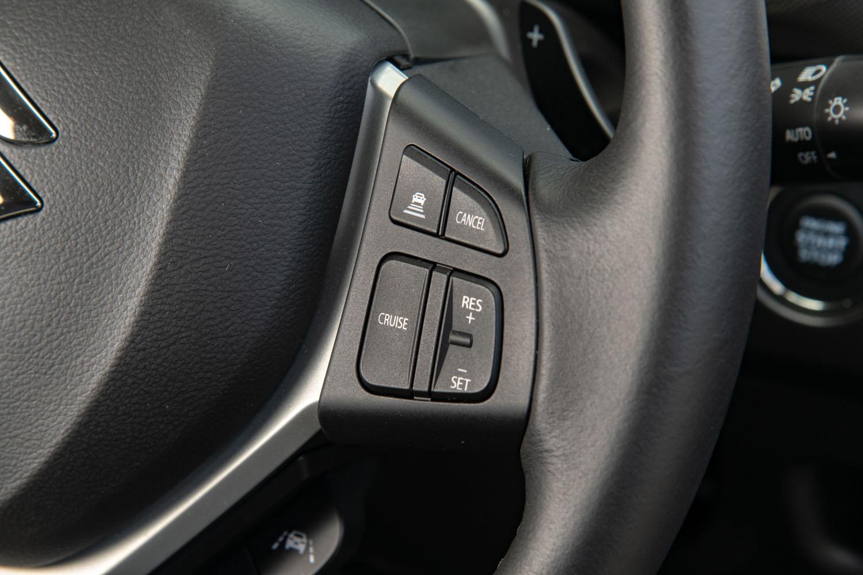 デビュー当初から採用されていたACCについては、従来モデルでは車速が40km/h以下になると機能を停止していたものが、完全停車まで機能し続ける全車速対応型に変更された。