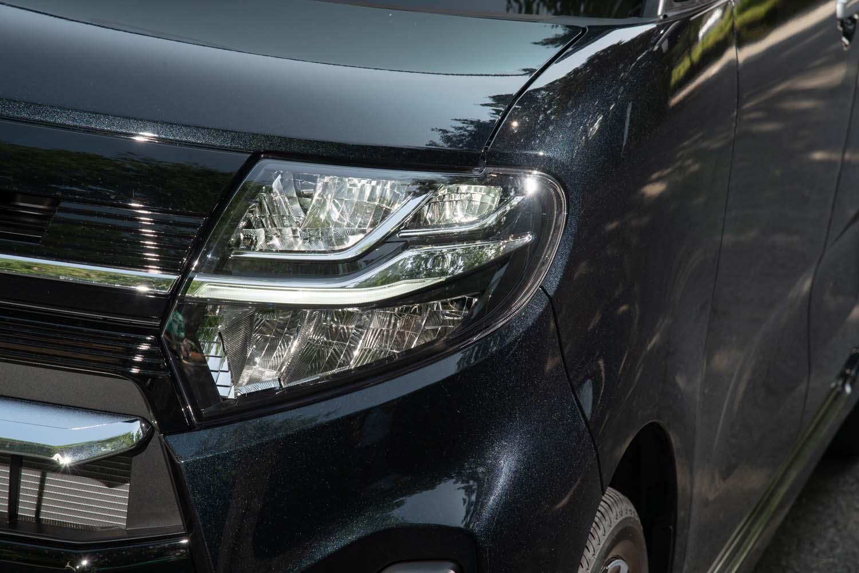 「カスタム」にはアダプティブドライビングビーム機能を備えたヘッドランプが標準装備。ハイビームでの走行中に対向車などを検知すると、その部分だけLEDを消灯し、げん惑を防ぐようになっている。