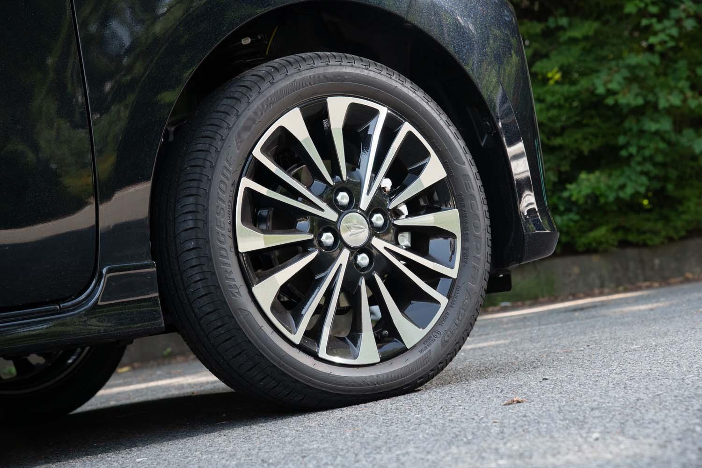15インチのタイヤ&ホイールを標準装備するのは「カスタムRS」のみ(他グレードは14インチ)。テスト車にはブリヂストンの低燃費タイヤ「エコピアEP150」が装着されていた。