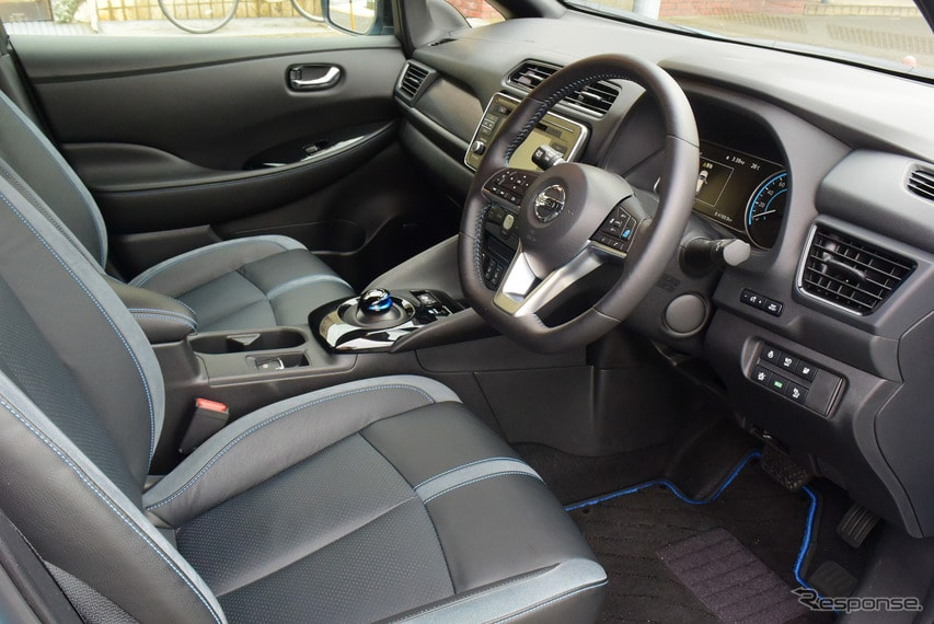フロントシートまわり。高級感はないが、親しみやすいデザインではある。