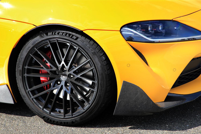 タイヤには「RZ」「SR-Z」共通で、前:255/35ZR19、後ろ:275/35ZR19サイズの「ミシュラン・パイロットスポーツ4S」が装着されていた。