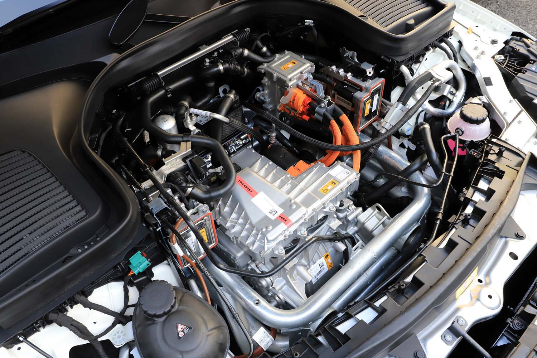 いわゆるエンジンルーム内のカバーを外すと、インバーター(写真中央)が現れる。その下にはフロントモーターがレイアウトされている。
