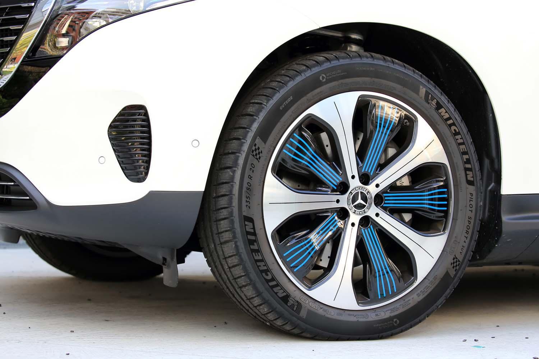 ブルーのラインが特徴的な「EQC400 4MATIC」のアルミホイール。サイズは試乗車の20インチが標準で、オプションとして21インチのものも用意される。
