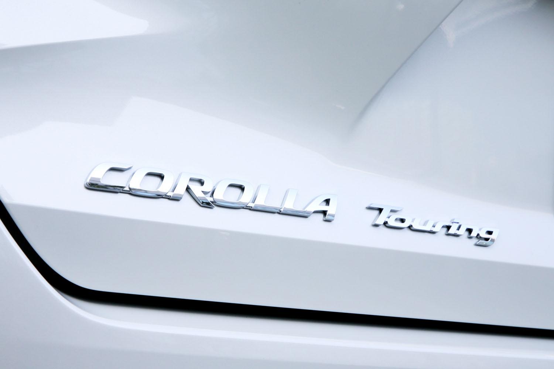 フルモデルチェンジでセダンは「カローラ アクシオ」から「カローラ」へ、ワゴンは「カローラ フィールダー」から「カローラ ツーリング」へと車名が改められた。