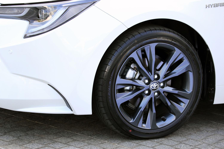 足元の仕様はグレードによって異なり、「W×B」には17インチアルミホイールと215/45R17サイズのタイヤが組み合わされる。