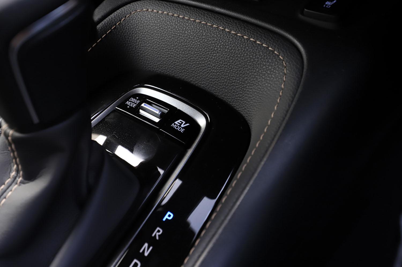 ハイブリッド車には3種類の走行モードからなるドライブモードセレクターや、バッテリーの電気だけで走るEVモードなどの機能が搭載される。