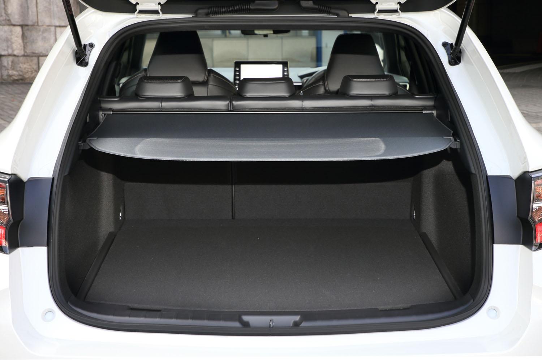 5人乗車時で392リッターの容量を備えた「カローラ ツーリング」の荷室。床面の高さを2段階に調整できる(スペアタイヤ搭載車、ハイブリッド4WD車などは除く)。