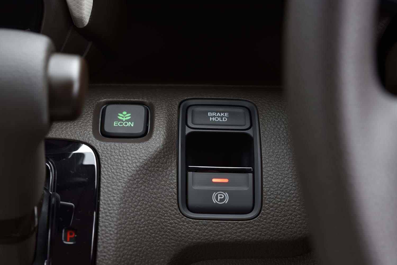 パーキングブレーキは電子制御式。アクセルペダルによる自動解除機能も備わる。
