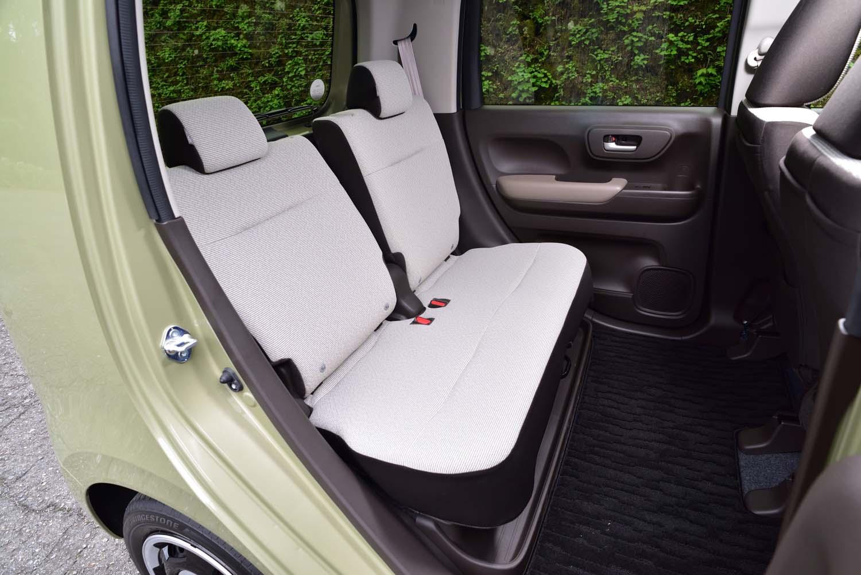 後席は左右席の座面が一体になっており、前後方向へのスライドが可能。背もたれは50:50の分割可倒式で、個別にリクライニングできる。