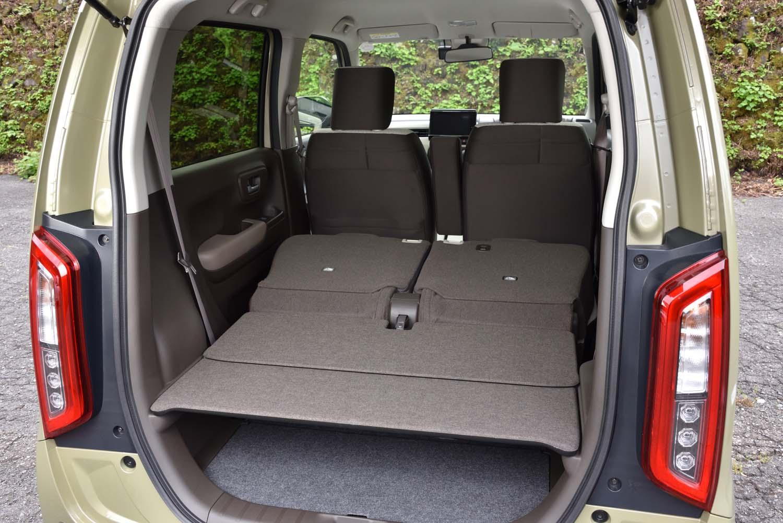 後席の背もたれを倒し、積載スペースを拡大した状態。背もたれのリリースは、荷室側からも行える。