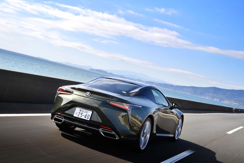 """海辺の道を快走する「LC500""""PATINA Elegance""""」。今回の試乗では燃費を計測していないが、JC08モードの燃費値は7.8km/リッターとなっている。"""