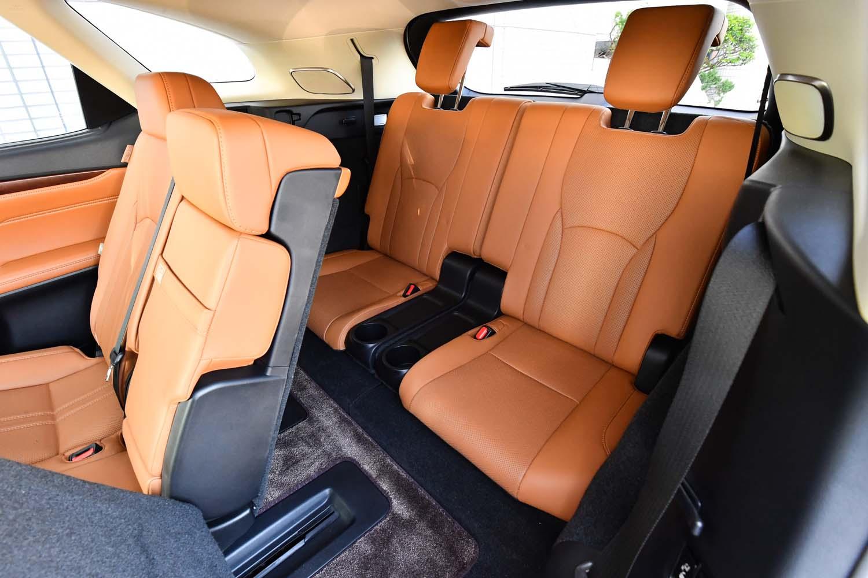 3列目シートは、スイッチ操作により、「室内優先」または「荷室優先」のシートポジションに切り替えられる。
