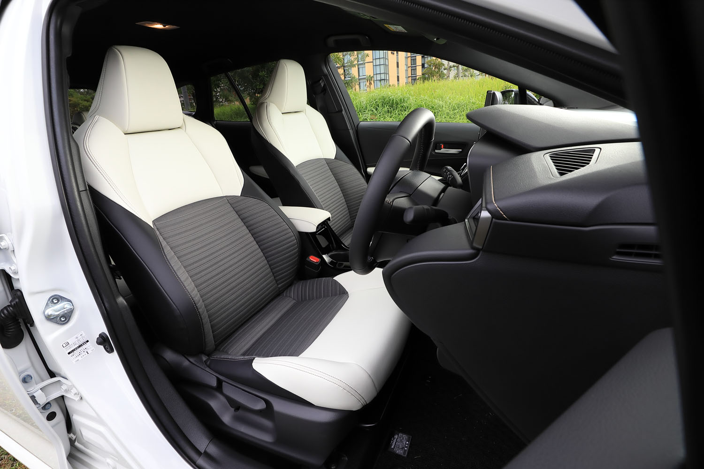「W×B」のシート表皮は、ファブリックの快適性と革の質感を併せ持つ新素材「レザテック」と合成皮革のコンビ。オプションで白と黒のツートンカラーも用意される。