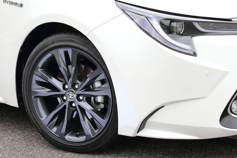 「W×B」のタイヤサイズは215/45R17。ダークグレーメタリック塗装の専用ホイールと組み合わされる。