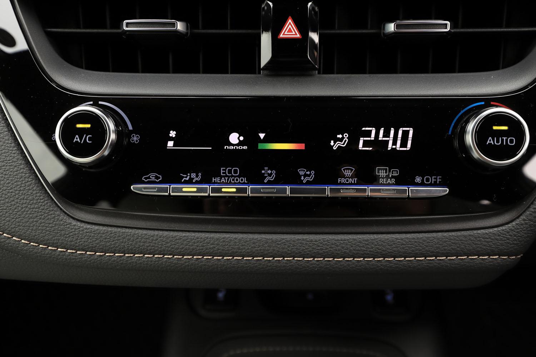 センタークラスターに備わるオートエアコンのコントローラー。オプションで、アレルゲンの除去や消臭などの効果がある「ナノイー」機能も用意される。