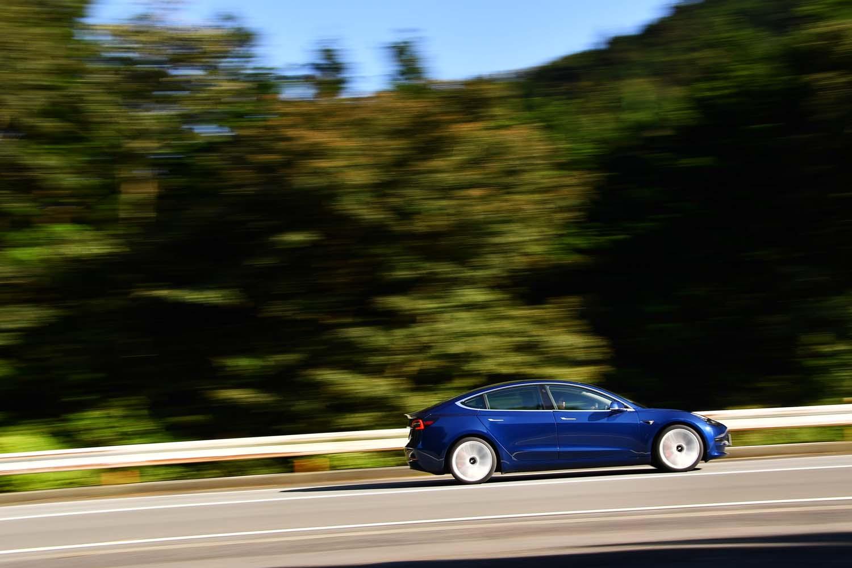 デュアルモーターの「モデル3パフォーマンス」が0-100km/h加速に要する時間は3.4秒。最高速は261km/hと公表される。