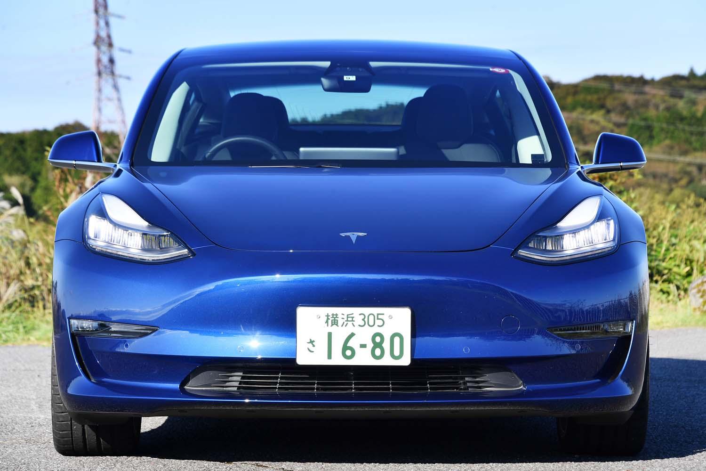 内燃機関を持たない「モデル3」には、冷却用のフロントグリルも存在しない。ノーズが低いこともあり、キャビンはこんもりと高く見える。