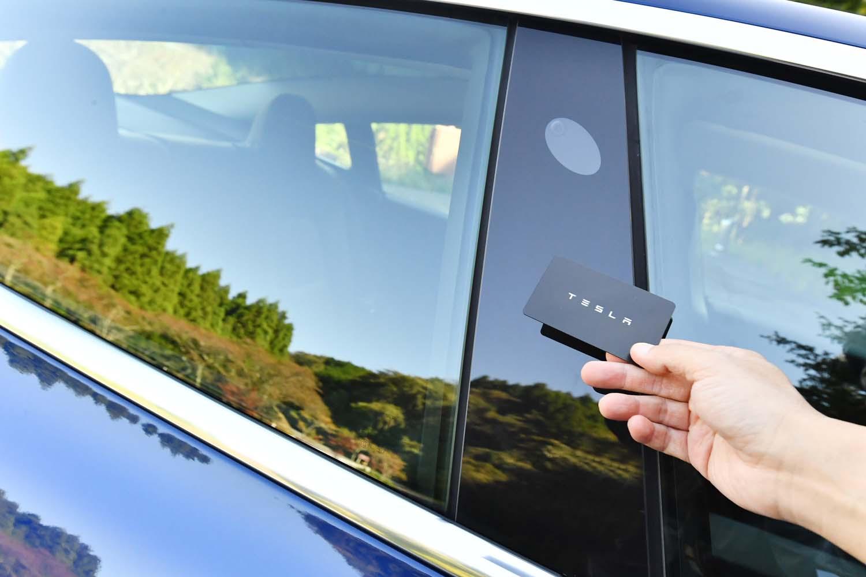 車両のキーはカード型。写真のようにBピラー部にかざすことで解錠・施錠を行う。