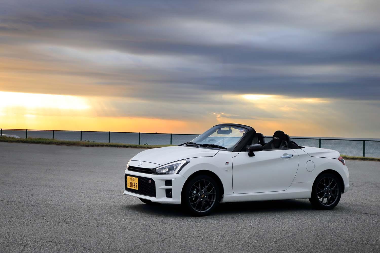 トヨタとダイハツが共同で手がけた「コペンGRスポーツ」。トヨタ版とダイハツ版がそれぞれ販売されるが、見た目の違いは全くなく、車検証を頼りにしないと判別できない。