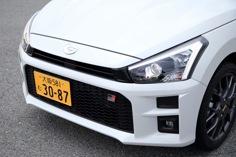 黒の縁取りが入ったヘッドランプや角張ったバンパーは「GRスポーツ」専用。ちなみに、今回の試乗車ではこちらの大阪ナンバーの車両が「ダイハツ・コペンGRスポーツ」で、練馬ナンバーの車両が「トヨタ・コペンGRスポーツ」となる。