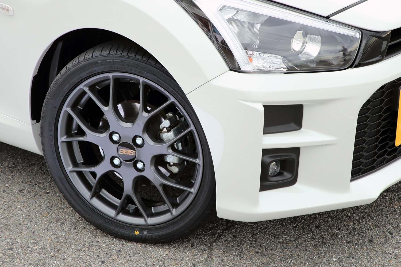 タイヤのサイズや銘柄はベース車の「コペン ローブ」と変わっていない。BBS製アルミホイールは「S」と同形状だが、マットグレー塗装が「GRスポーツ」専用だ。