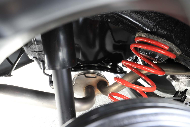 KYB製ダンパーとレートを最適化したスプリングからなるサスペンションを採用。タイヤハウスの奥に見える赤のスプリングが誇らしげ。
