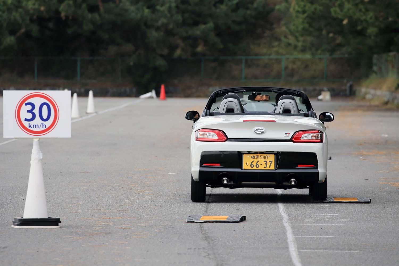 まずは神奈川県にある大磯プリンスホテル駐車場に設営されたパイロンコースで走りを試す。セクションごとに推奨速度が設定されていた。