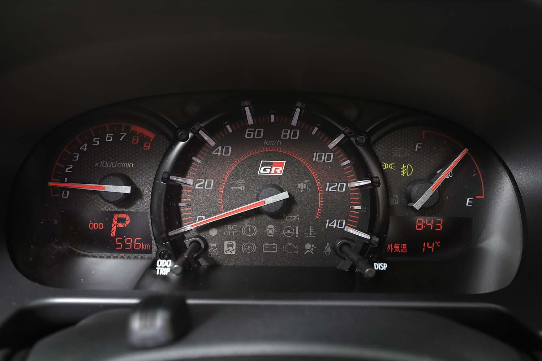 メーターパネルのレイアウトは他の「コペン」シリーズと同じながら、中央の速度計の盤面に「GR」ロゴがあしらわれる。